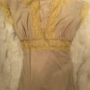 Beautiful top w/gold studs, lace trim